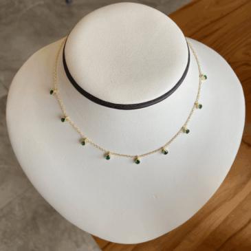 Cadena con gotas de esmeraldas